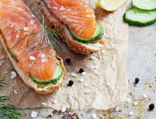 crostini di pane al sesamo con salmone marinato e cetriolo
